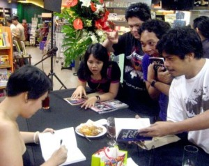 "Many thanks to Denise ""Where are the bears?"" Mallabo for directing this photo as proof that people got their books signed. There's Cynthia ""I like cheese"" Arre, Erwin ""harrumph"" Romulo, Quark ""Us-2Evil-0 sneakers"" Henares and Jun ""You know you want me"" Sabayton."